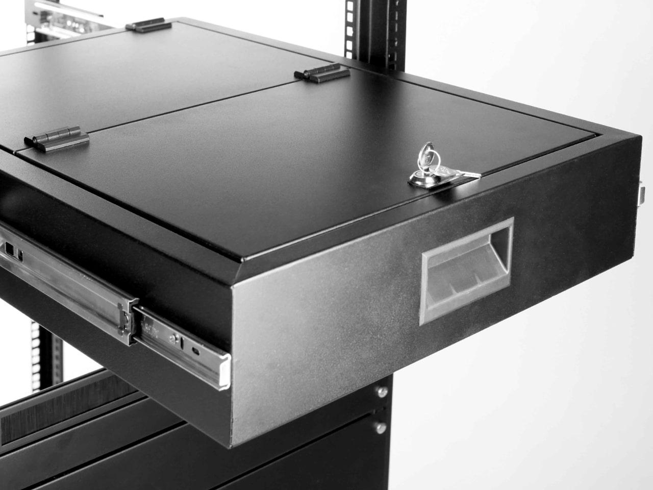 Ящик с ключом для хранения в монтажной стойке