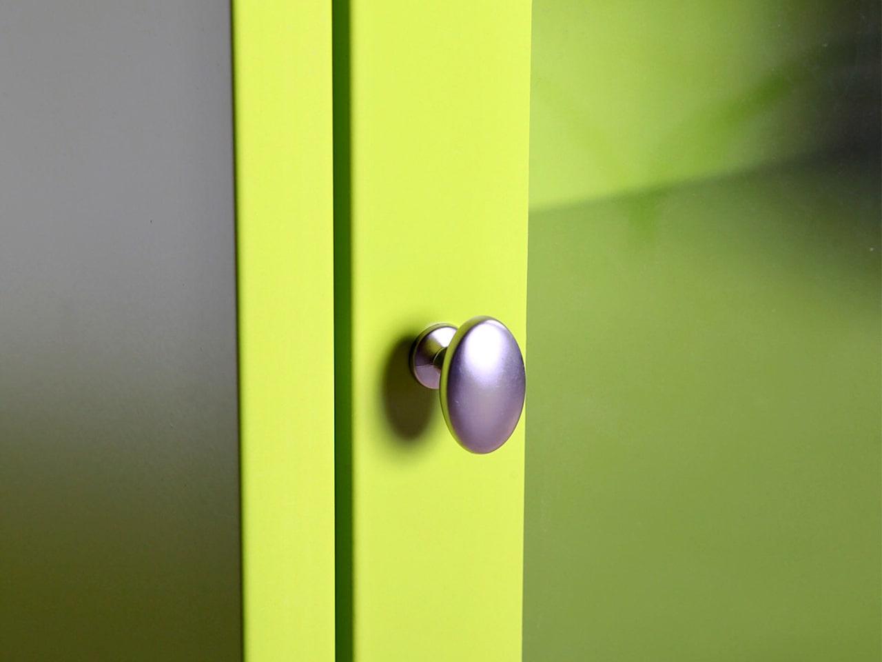 Металлический шкаф со стеклянной дверью и замком